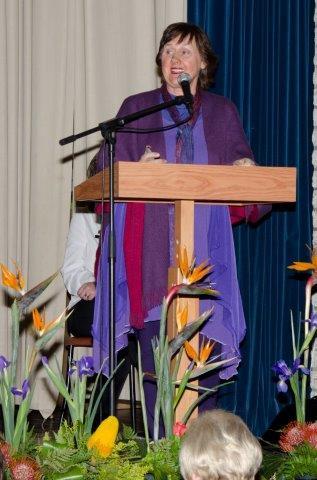 Prof. Dorothea van Zyl, Direkteur van die Stellenbosse Woordfees en dosent in Afrikaanse en Nederlandse Letterkunde aan die Universiteit van Stellenbosch: 'Woorde Open Wêrelde' as sinoniem vir 'Verskuif jou grense'.