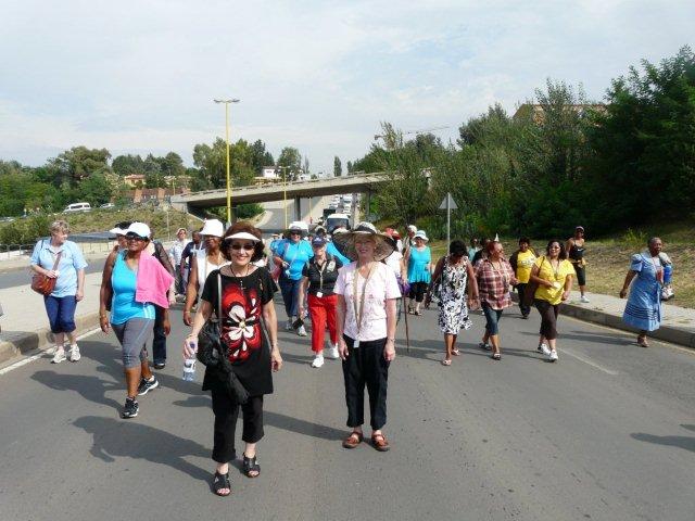 Die Women walk the World-stap. Links voor: Annatjie van der Merwe van SAVLU-Overvaal en regs Erika Lubbe (VLVK-president).