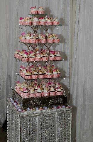 Die verjaarsdagkoek, deur die Eensgezind-kombuis gebak en voorgesit, het bestaan uit rooi fluweelkoek kolwyntjies versier met meringue en roosblare.