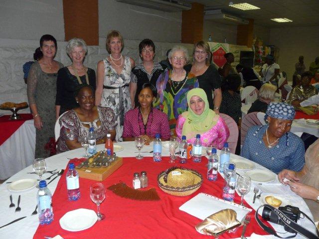 'n Tafel met verskillende nasionaliteite gedurende die galadinee.   Van agter links:  Magdie de Kock (SAVLU/Dameskring), Erika Lubbe (VLVK-president), Anphia Grobler (WBPV-visepresident), Mignon Smit (President van Dameskring), May Kidd (WBPV-president afkomstig van Skotland), Wilana Claassen (vorige president van Natal-FWI.)   Links voor: Dr. Semani Molotlegi (Suider-Afrika Areapresident en die koninginmoeder van die Bafokeng), Masemate Mohato Seeiso, Haar Hoogheid die koningin van Lesotho en Haar Hoogheid prinses Azizah van Maleisië.
