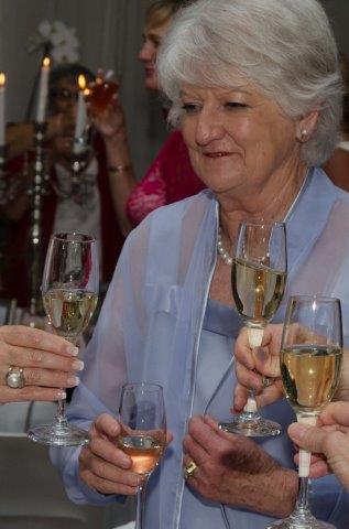 Mev. Annatjie Oosthuizen, die vorige VLVK-president, klink 'n glasie op VLVK se 85ste verjaarsdagviering!
