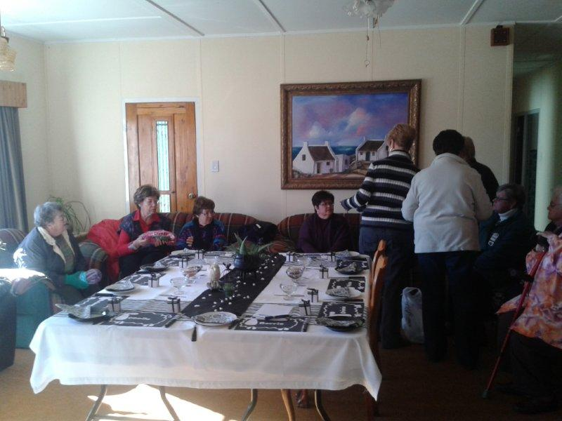 Lede kuier óm die etenstafel! Van links: Kintie Liebenberg, Cecile Nel, Hilda v/d Walt, Marlene Lategan.