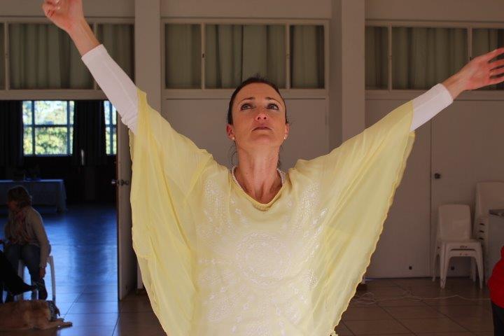 Liebenette Burger leef haar geloof uit deur te dans.  Sy kom lewer vir ons 'n item en getuig hoe sy haar liefde vir God en haar liefde vir dans kombineer.