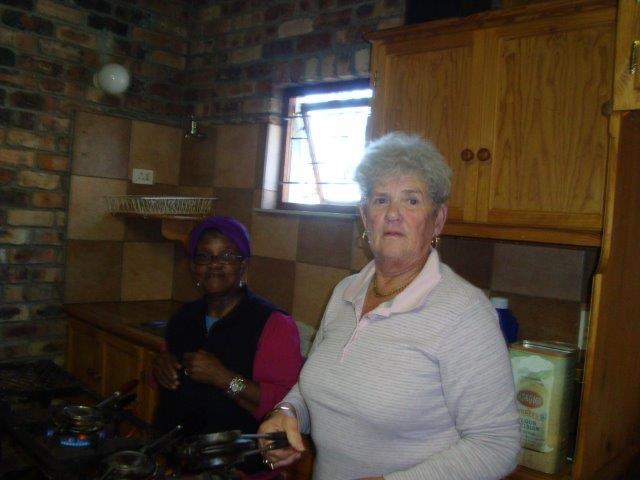Maureen de Jager en Sanna Booi in die agtergrond.