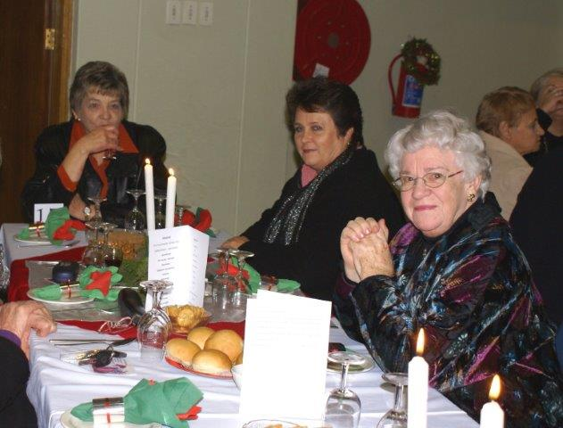 Danela Smit, Leonie Smith, Marieta van Eyssen (vorige Sirkelpresident).