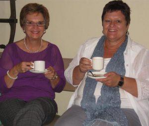 Hester Visagie & Margie du Plessis kuier gesellig saam na   afloop van die vergadering (Custom) (2)