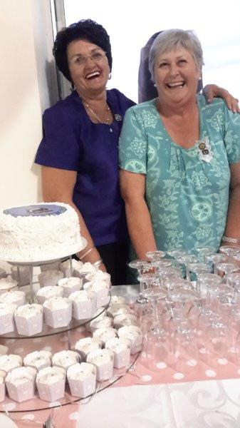 Verjaarsdagkoek gebak deur Corrie Liebenberg, Voorsitter Prieska en Visesirkelpresident