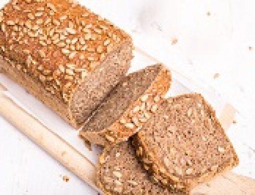 Huishulp demonstreer bak van saadbrood