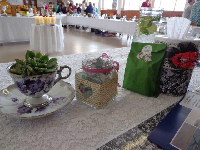 Die tafels was stylvol getooi met blomme en geskenkies uit die Overberg.