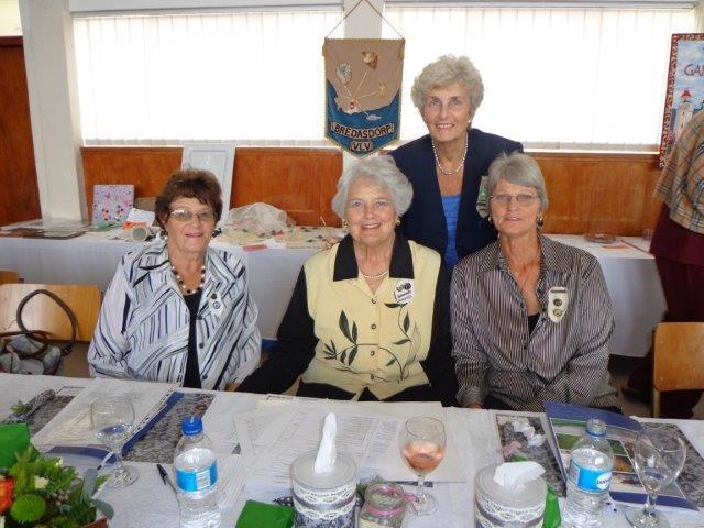 Konferensiegangers: Voor van links na regs: Riona Swart; Ann Gunning, Voorsitter VLV Bredasdorp, en Ina Odendaal. Agter Marie Spamer, VLVK-beoordelaar, - almal van VLV Bredasdorp.